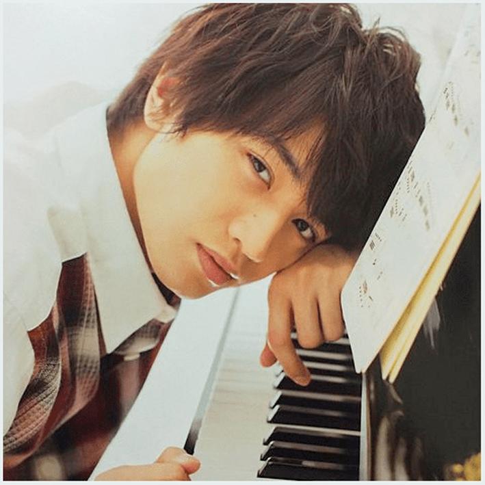 ピアノを弾く中島健人